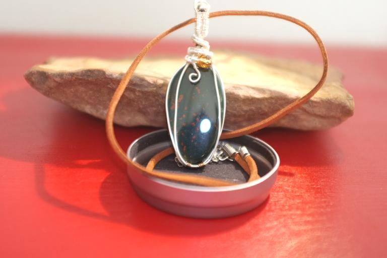 La piedra de sangre tiene propiedades místicas y mágicas, tiene la capacidad de disipar el mal y la negatividad  y de dirigir las energías espirituales.