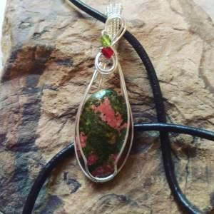 La Unakita es una piedra de visión. Equilibra las emociones con la espiritualidad y la visión psíquica