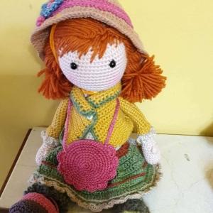 Otro día más que me dedico al ganchillo, hoy ha venido a mí la imagen de una niña con sus complementos. Es la muñeca traviesa