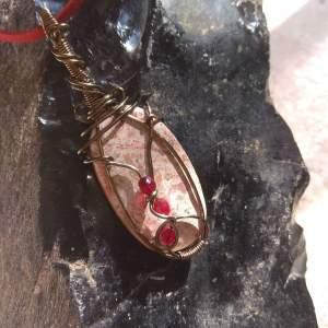 Día de reposo donde la imaginación viaja, he creado este colgante inspirado en el rojo con este jaspe policromo engarzado en hilo de cobre color bronce
