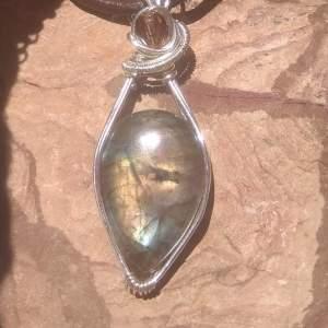 Esta labradorita con detalle se trata de una piedra potencialmente mística y protectora puesto que desvía las fuerzas negativas del aura y la equilibra